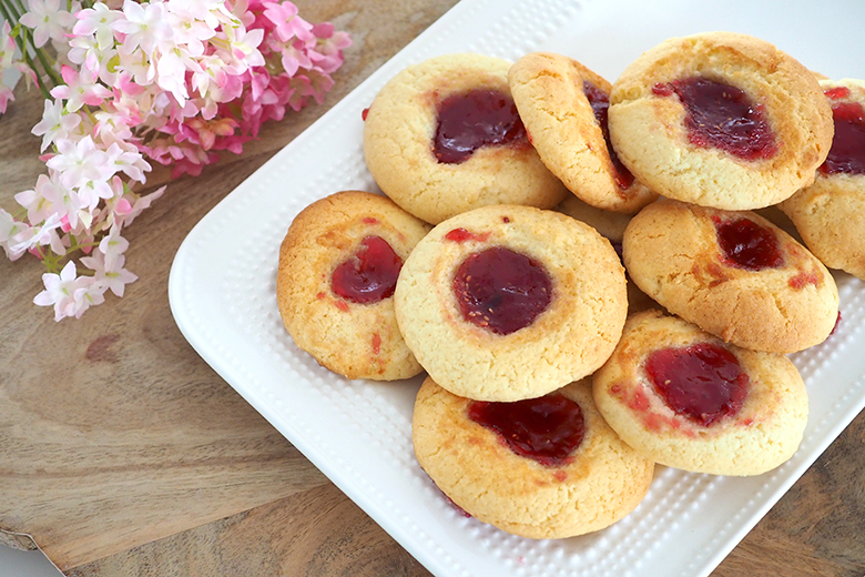 These jam drops remind me of my Nan, they were one of her good old favourites that she used to bake regularly. These are quick, easy and ooohhh so delicious!