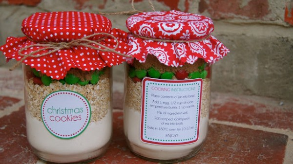 Christmas Cookie Mix in a Jar is a fabulous homemade gift idea. Look no further for a creative handmade gift idea for your friends, kids teachers, family, neighbours, work colleagues. The gift of a DIY kit, so they can make their own batch of Christmas cookies.
