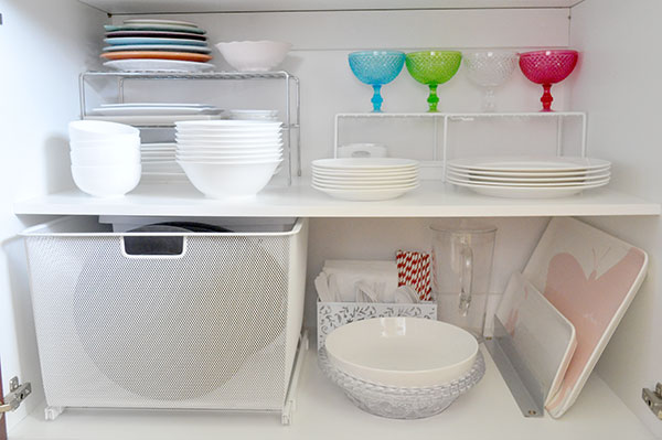 {The-Organised-Housewife}-Orgnaise-the-crockery-cupboard
