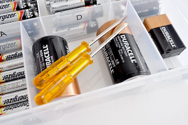 Kit for organising and sorting batteries at home