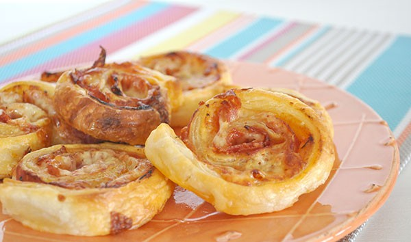SUPER EASY PIZZA SCROLLS - These super easy pizza scrolls are just that. They make for a great lazy weekend lunch, plate to share or lunch idea for the kids school lunch box.
