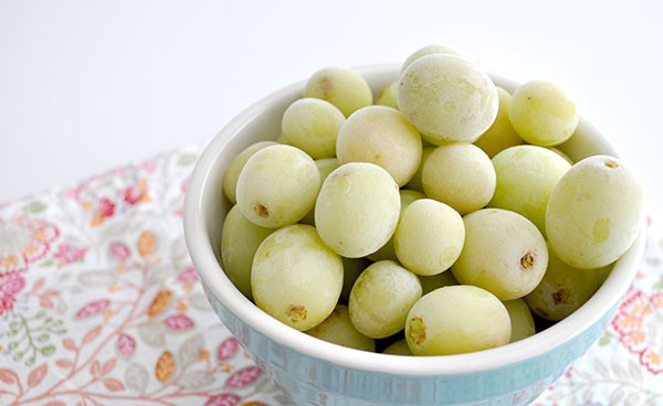 healthy-after-school-snack-idea---frozen-grapes