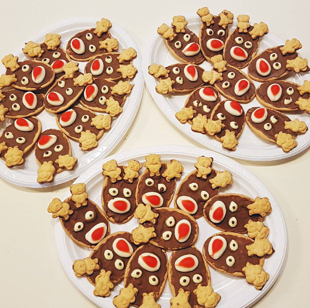 A very quick, easy and I think adorable Christmas Reindeer Biscuit. The kids can make these for end of school year party day!