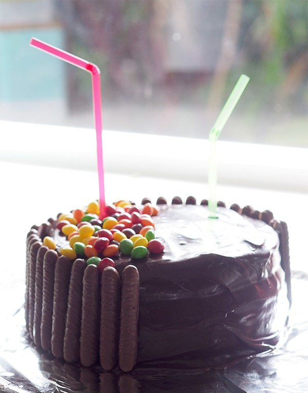 A really fun and quirky birthday cake idea. The kids will be amazed by the gravity cake with their favourite lollies or chocolates falling down from the packet.