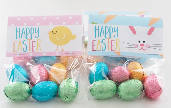 Fill clear little bags with easter eggs and add a fun Easter Bag Topper. This makes a really sweet easter gift idea that the kids will enjoy.