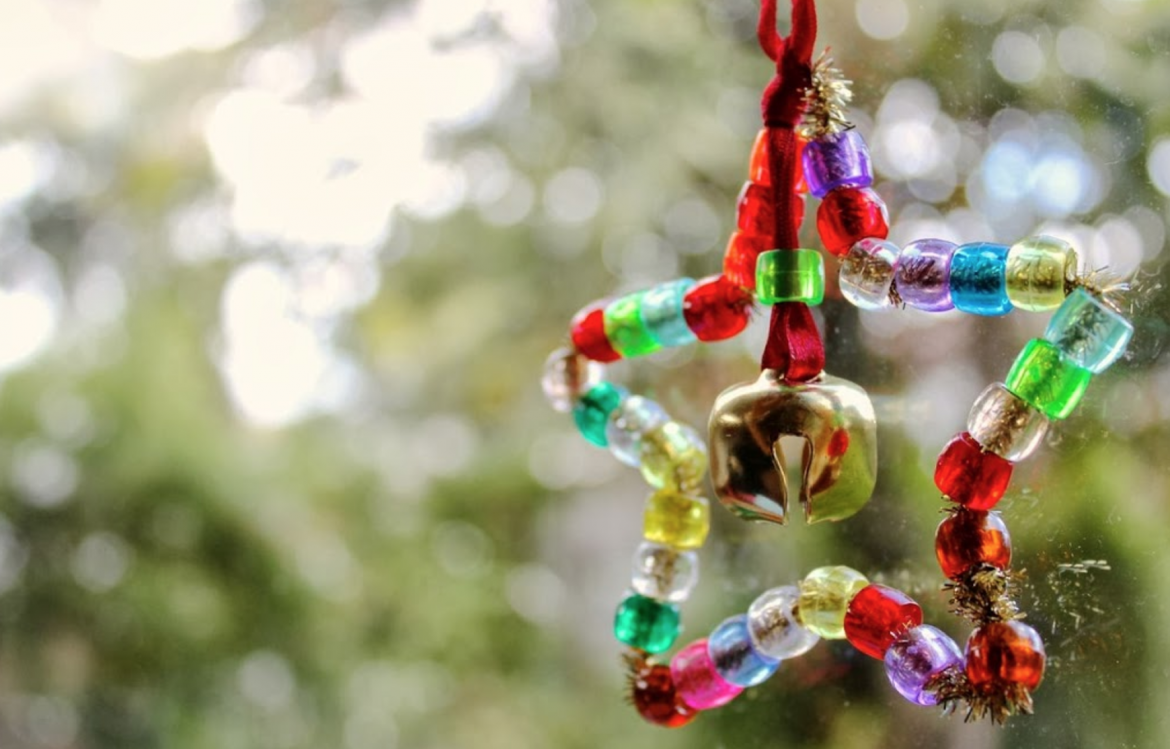 CHRISTMAS CRAFT IDEA - CHRISTMAS TREE BEAD ORNAMENT - These simple star hangings are so cute and are a lot of fun to make. The kids can customise them by choosing their own colours and adding their own personal touches.