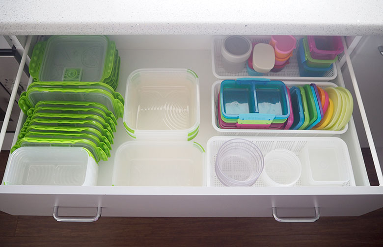 Organise kitchen tupperware. Declutter kitchen drawers.