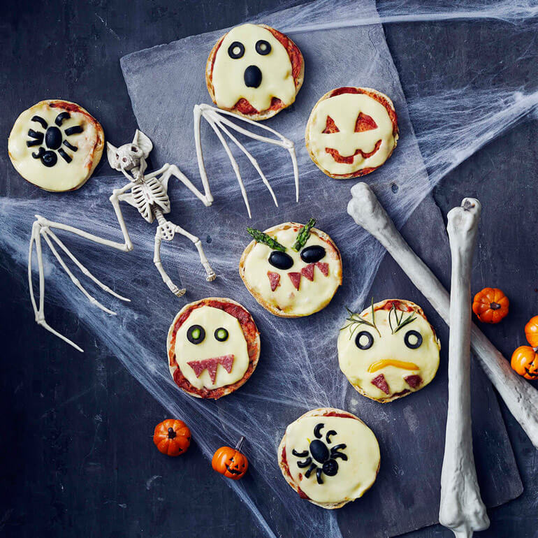 Halloween falls on a school day this year! To help the kids get into the Halloween spirit you could create a Halloween lunch box with some of these spooky Halloween lunchbox snack ideas for kids.