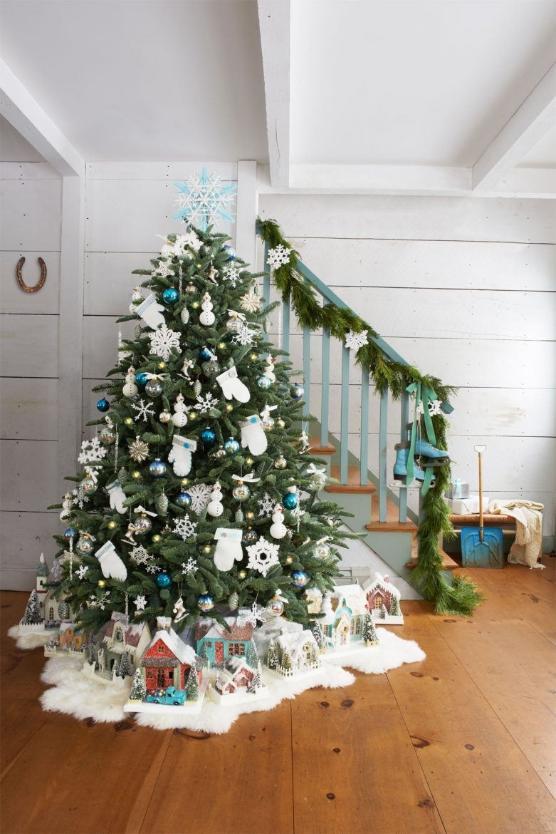 I've always been curious if there was a 'perfect' way to decorate a christmas tree... turns out there is!!!  Check out the right way to decorate the tree, I've been doing it wrong all these years LOL.