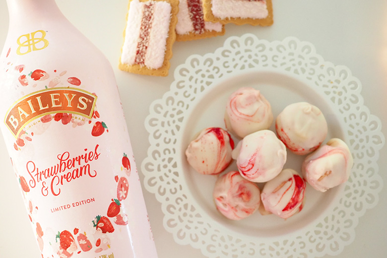 I just don't know how else to describe these incredible Strawberries & Cream White Chocolate Truffle Balls made out of VoVo biscuits, besides amazeballs!!! The sweetness of the centre and the hard surface of the white chocolate on the outside, these truffle balls are simply to die for.