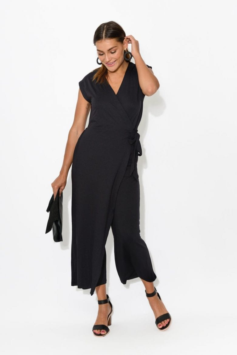 Black effortless jumpsuit outfit idea for women this Christmas