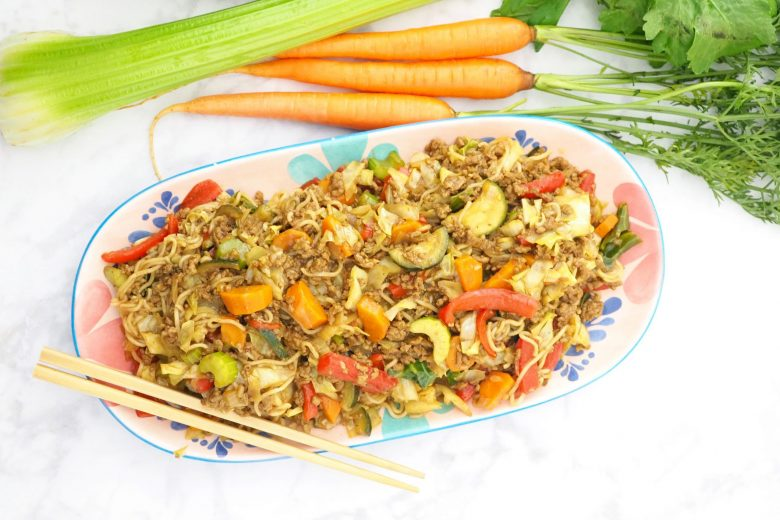 beef with an association of vegetables of carrots, bell peppers, cucumbers, onions and peas